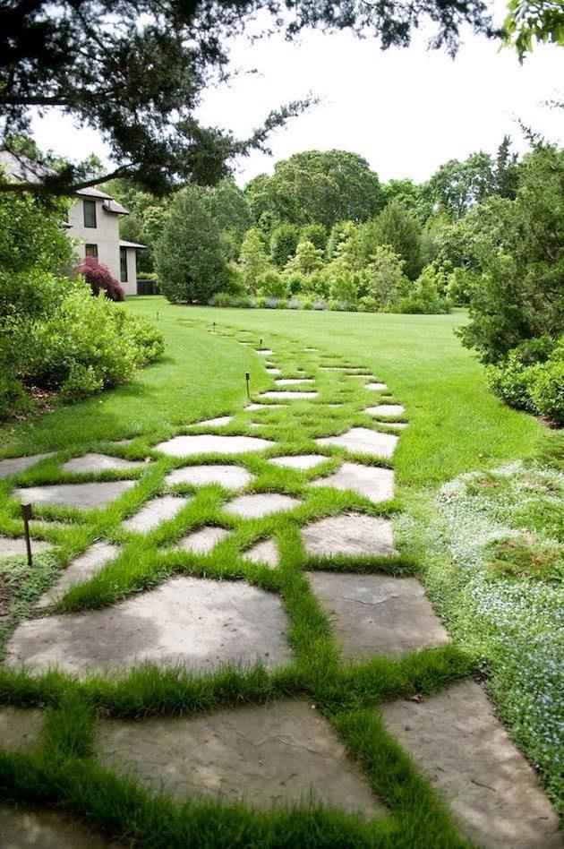 thênh thang con đường cỏ có độ cong mềm mại dẫn vào ngôi nhà