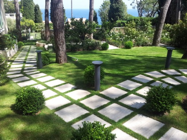 """Các mẫu hình lặp lại trong lối đi tạo nên một """"điệp khúc"""" trong khu vườn. Lối đi ngang dọc, thẳng tắp tạo nên nét thanh tao, sang trọng cho khu vườn"""