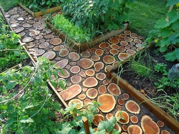 Những lát cắt từ các thân cây gỗ đã tạo nên nét cá tính riêng biệt cho khu nhà vườn nhà bạn. Không khó để bạn có thể tạo ra lối đi lạ mắt