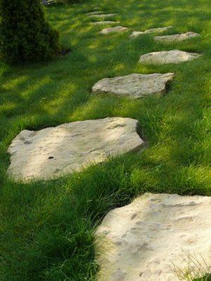 Những phiến đá dấu mình trong đám cỏ tạo một lối đi như một nơi spa đứng tự do – một tạo hình thân thiện trong sự sắp đặt có chủ ý