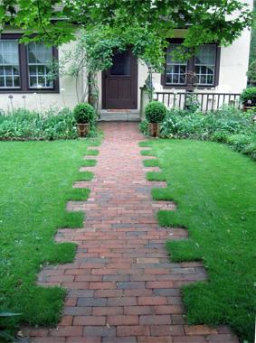 vui mắt với những rìa cỏ hình răng cưa tạo cảm giác lối đi không phải là một đường thẳng tắp dẫn trực diện vào nhà