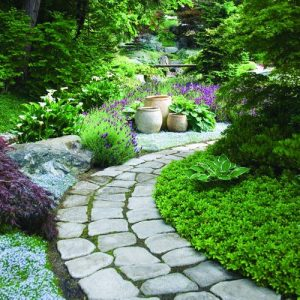 Một lối đi uốn con làm mất hút tầm nhìn tạo sự bí ẩn phí bên trong khu viên sân vườn