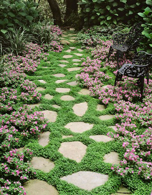 lối đi xinh xắn với đá tự nhiên ẩn mình trong cỏ hoặc cây hoa nhỏ, chắc chắn không thể thoát tầm nhìn dưới chân khi bước vào lối này