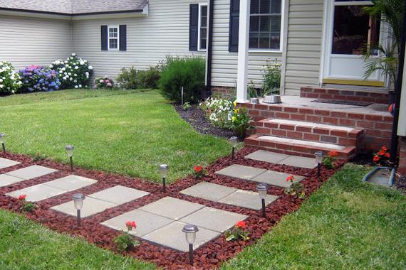 Đổ bê tông hình vuông theo tỷ lệ nhất định trên một vạt cỏ để tạo một lối đi đẹp